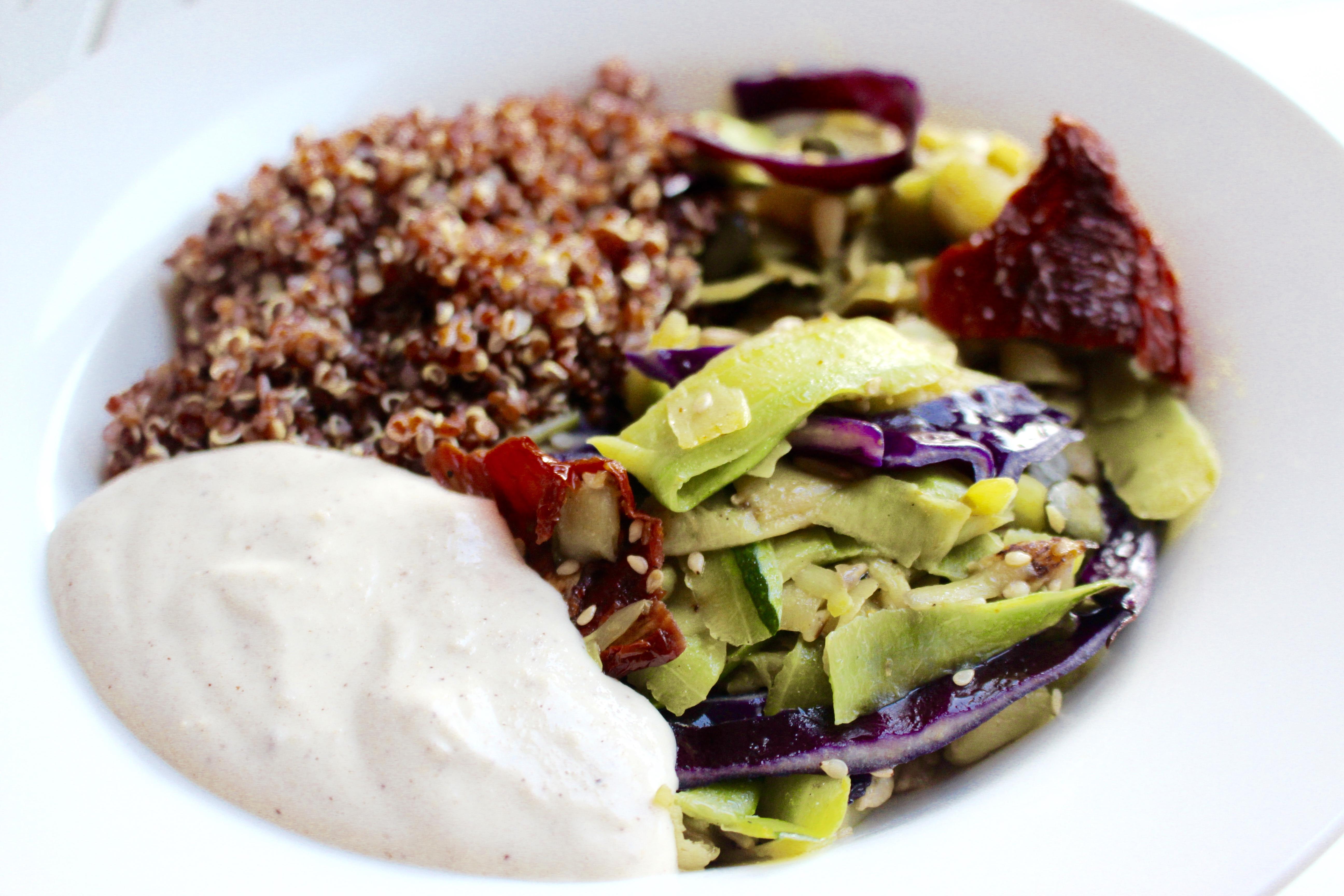 Quinoa rouge aux légumes et crème de cajou vegan
